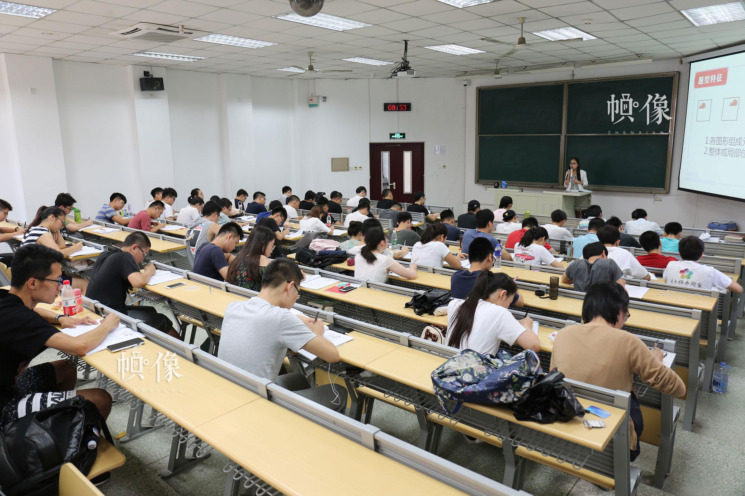 2017年7月10日,北京,参加华图教育培训的学生认真记录考试重点。中国网记者 王梦泽 摄