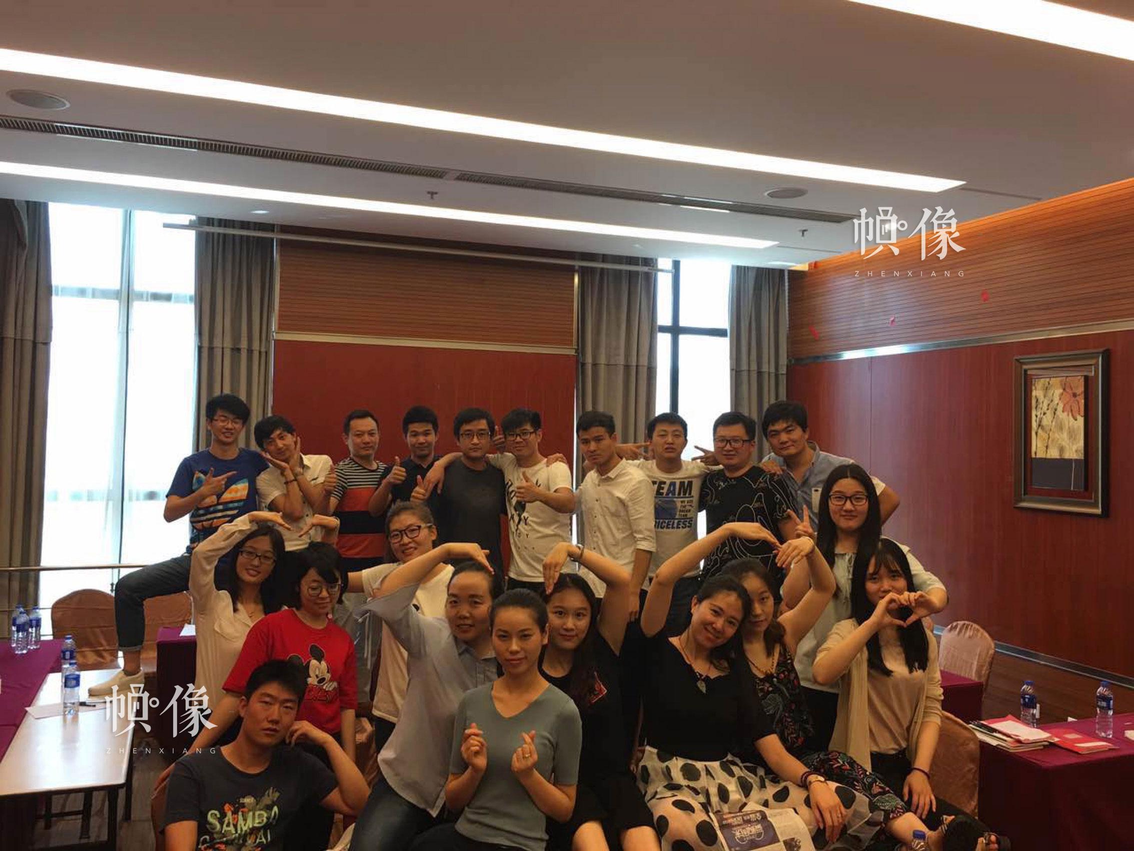 图为华图教育培训的同学合影留念。 华图教育供图