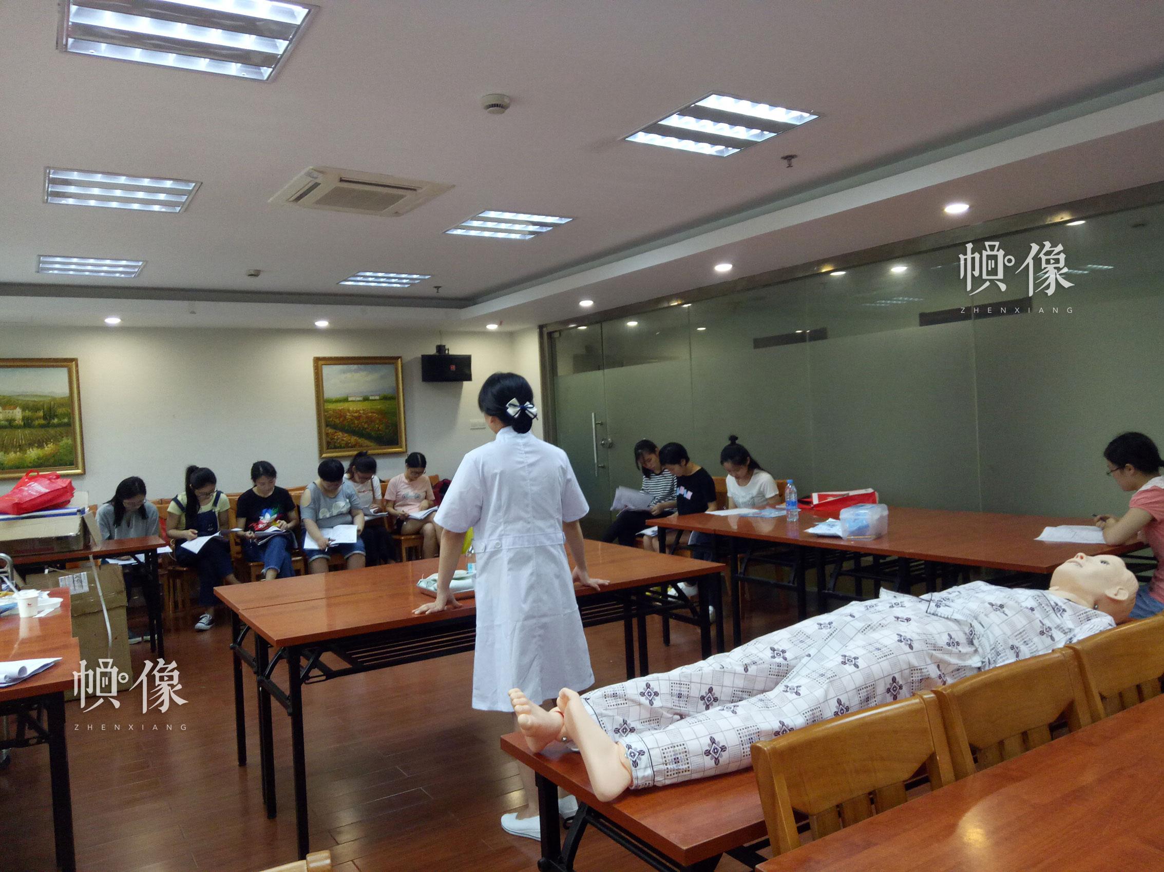 图为华图教育培训的老师为同学讲课。 华图教育供图