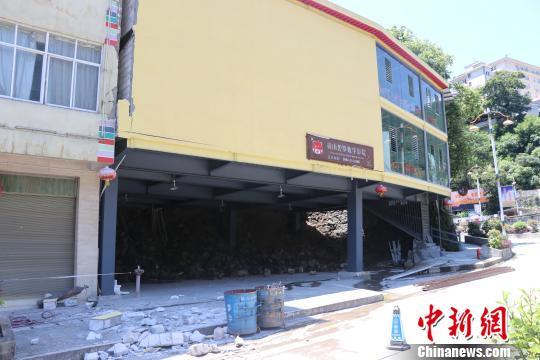 图为受损严重的碧罗数字电影院。 郭健摄