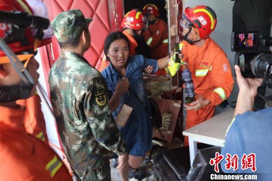 图为被困人员被成功救出。 郭健摄