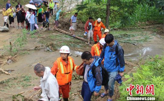 五峰暴雨冲垮道路致40名游客被困张佳摄