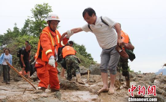 40名被困游客被消防官兵成功救出张佳摄