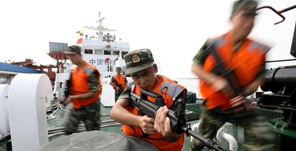 江蘇海警2304艦官兵正在開展戰術演練