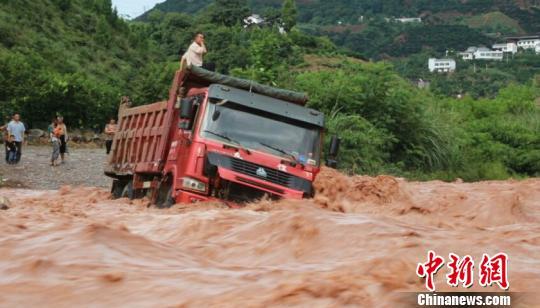降雨致重庆奉节河流涨水大货车冒险涉水被困河中