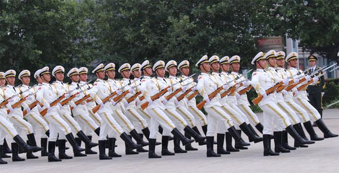 解放軍三軍儀仗隊氣勢恢宏 零距離感受'震耳'正步聲