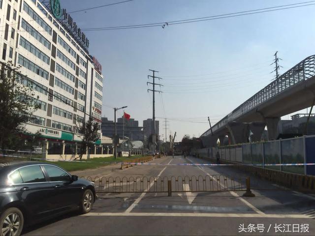 武汉一在建高架桥脚手架坍塌 面包车被压致1死4伤