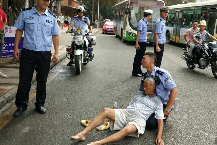 四川自贡交警双膝跪地救助车祸受伤老人