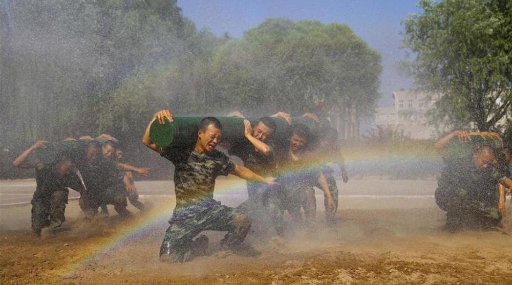 武警官兵烈日下坚持高强度训练