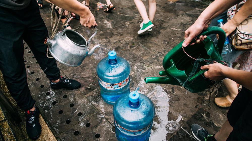 济南人难以舍弃的宝 宁可排队3小时也要喝上一口泉水