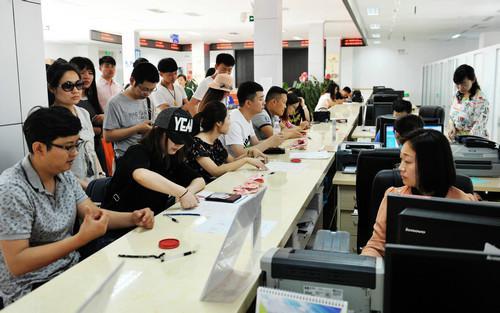 资料图片:2017年5月20日,新人在民政局婚姻登记处登记结婚。新华社记者王晓摄