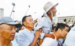 民警背84岁老兵看天安门升旗 老人曾参加抗美援朝