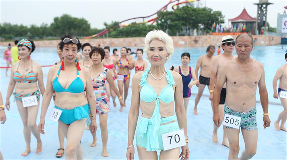 天津举行中老年比基尼大赛 80岁老人秀比基尼