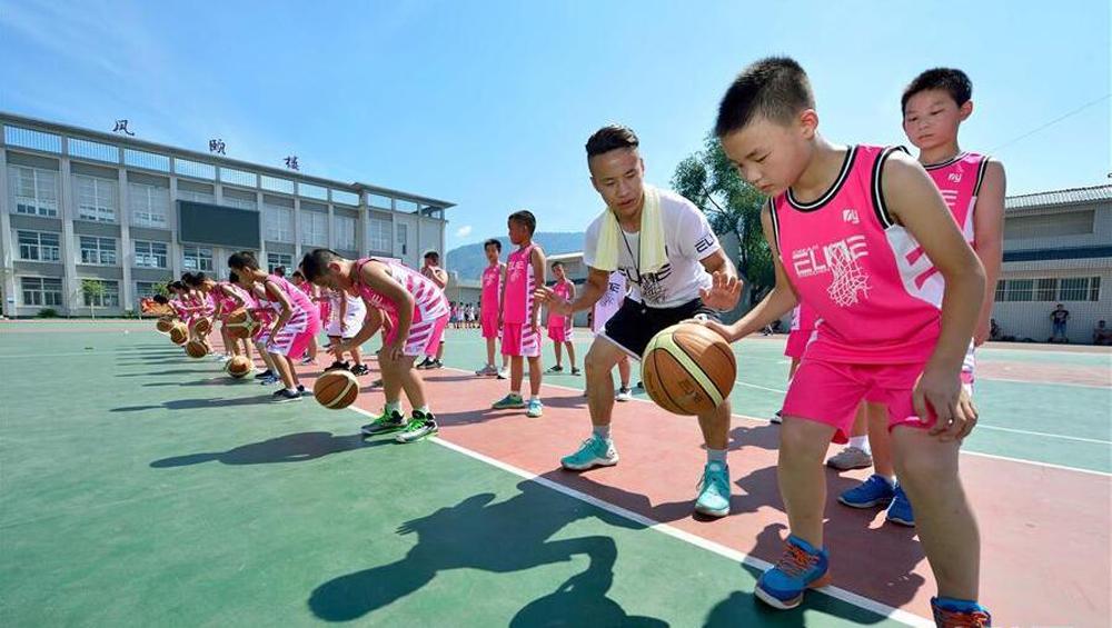 中小学生参加丰富多彩假期活动乐享暑假