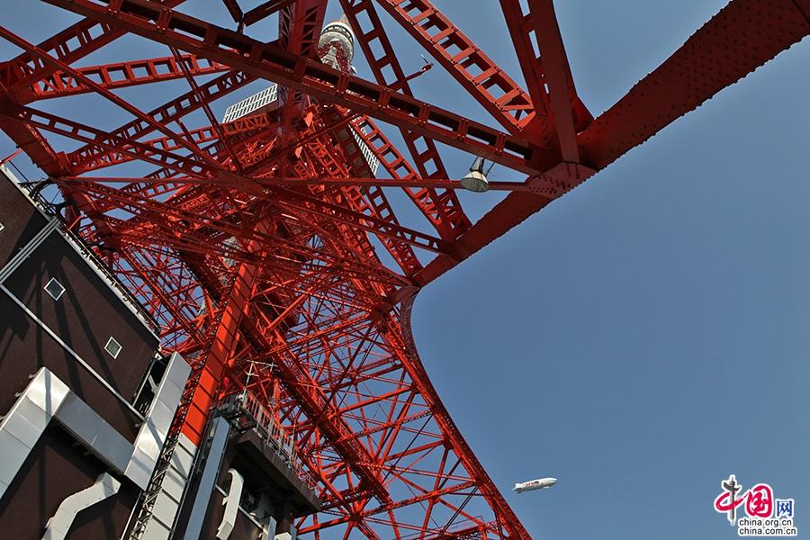 东京塔由四脚支撑