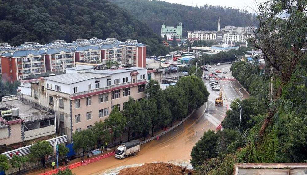 昆明连日强降雨致穿金路路段再次发生山体滑坡