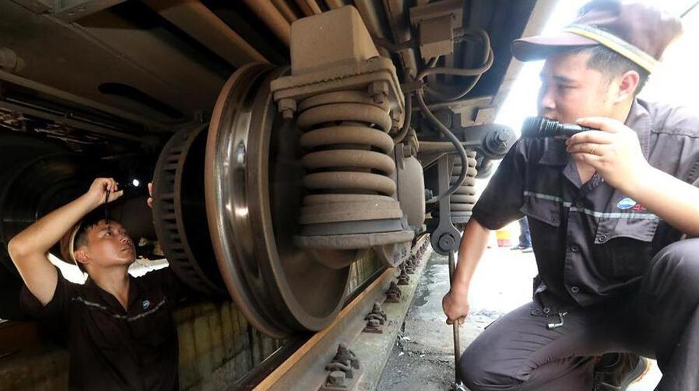 高温酷暑中的列车检车员