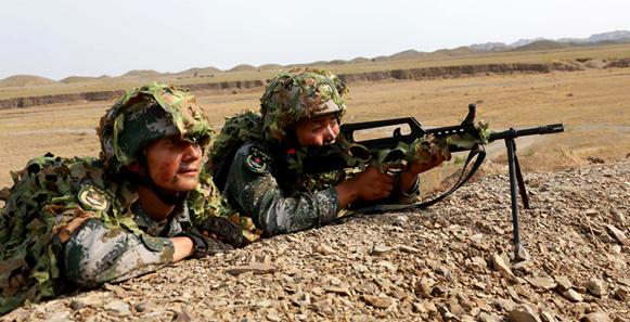 陆军第76集团军某旅官兵进行观察警戒