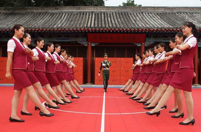 动姐探访国旗护卫队 着制服军训