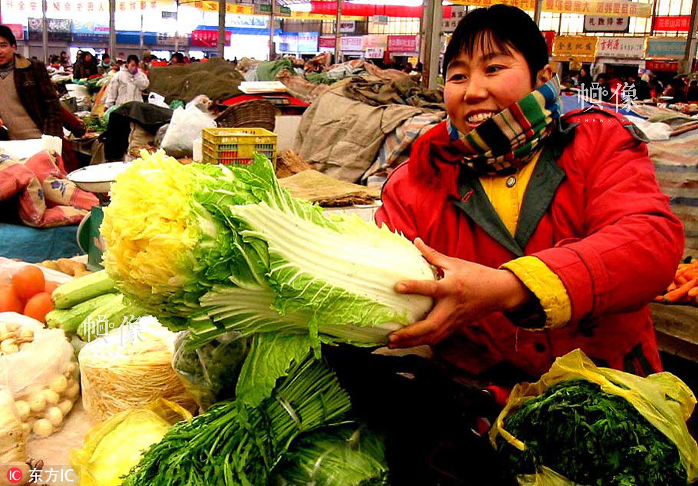 2002年1月6日,图为上海浦南蔬菜市场,市民还排队争购大白菜。东方IC