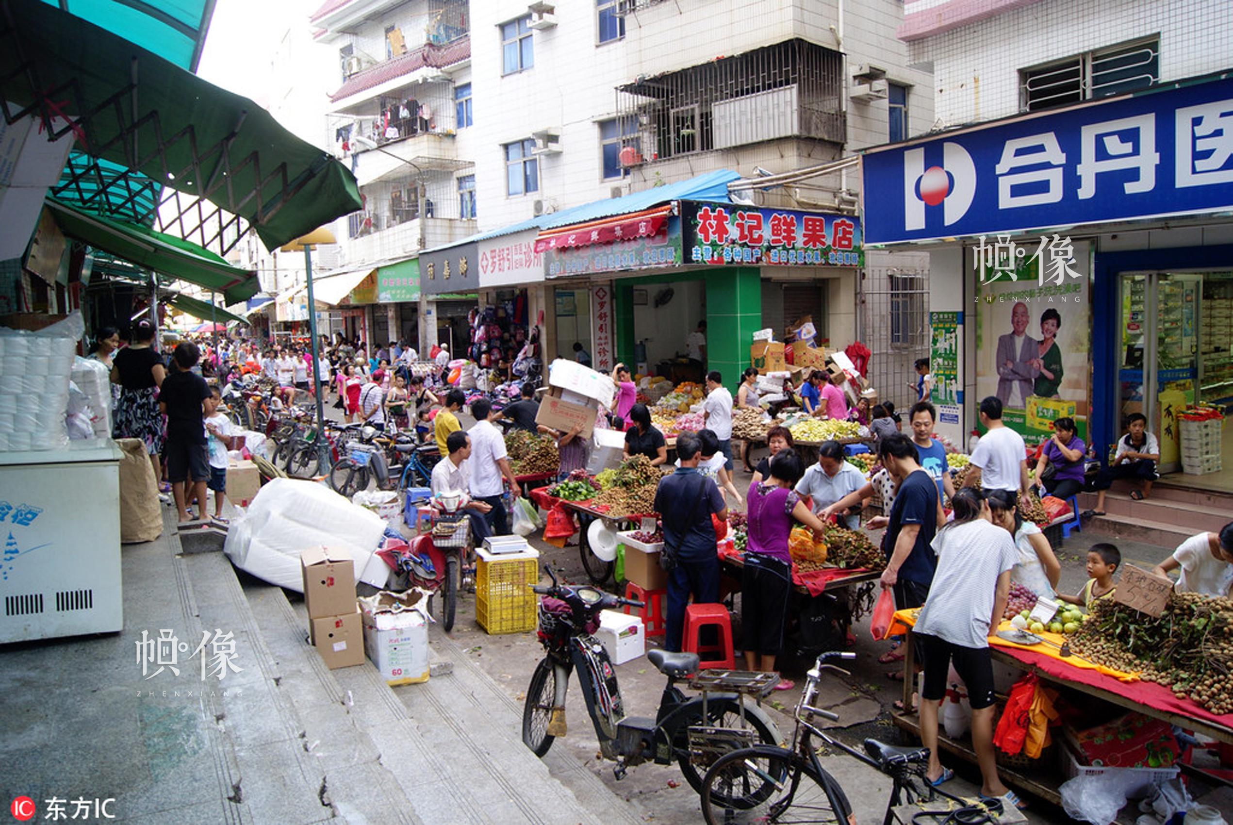 2011年8月13日,深圳西乡农贸市场,热闹的交易场景。董丰槐  东方IC