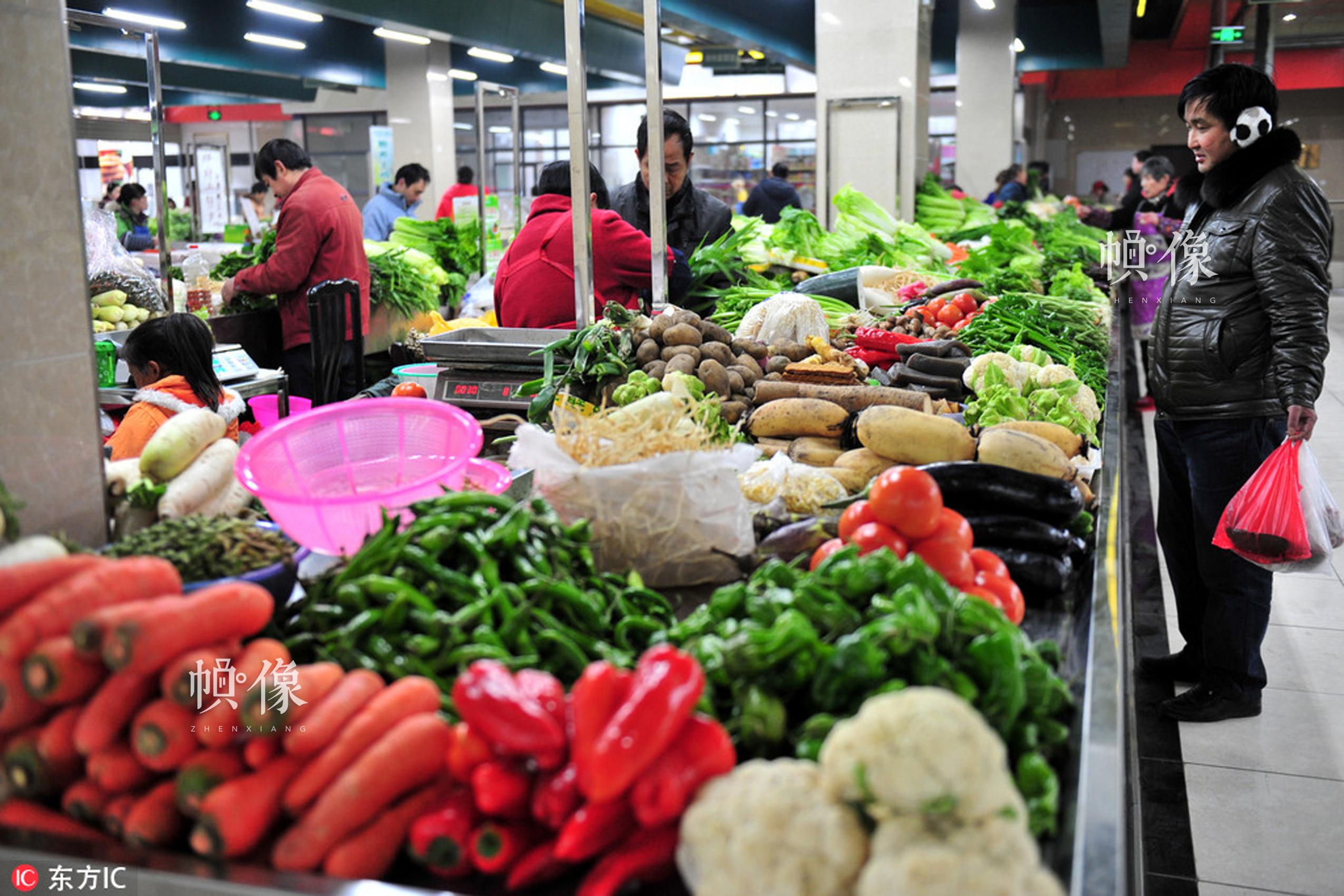 2012年12月31日,市民在湖北宜昌市夷陵区刚刚建成营业的罗河路室内标准化菜市场选购蔬菜。张国荣  东方IC