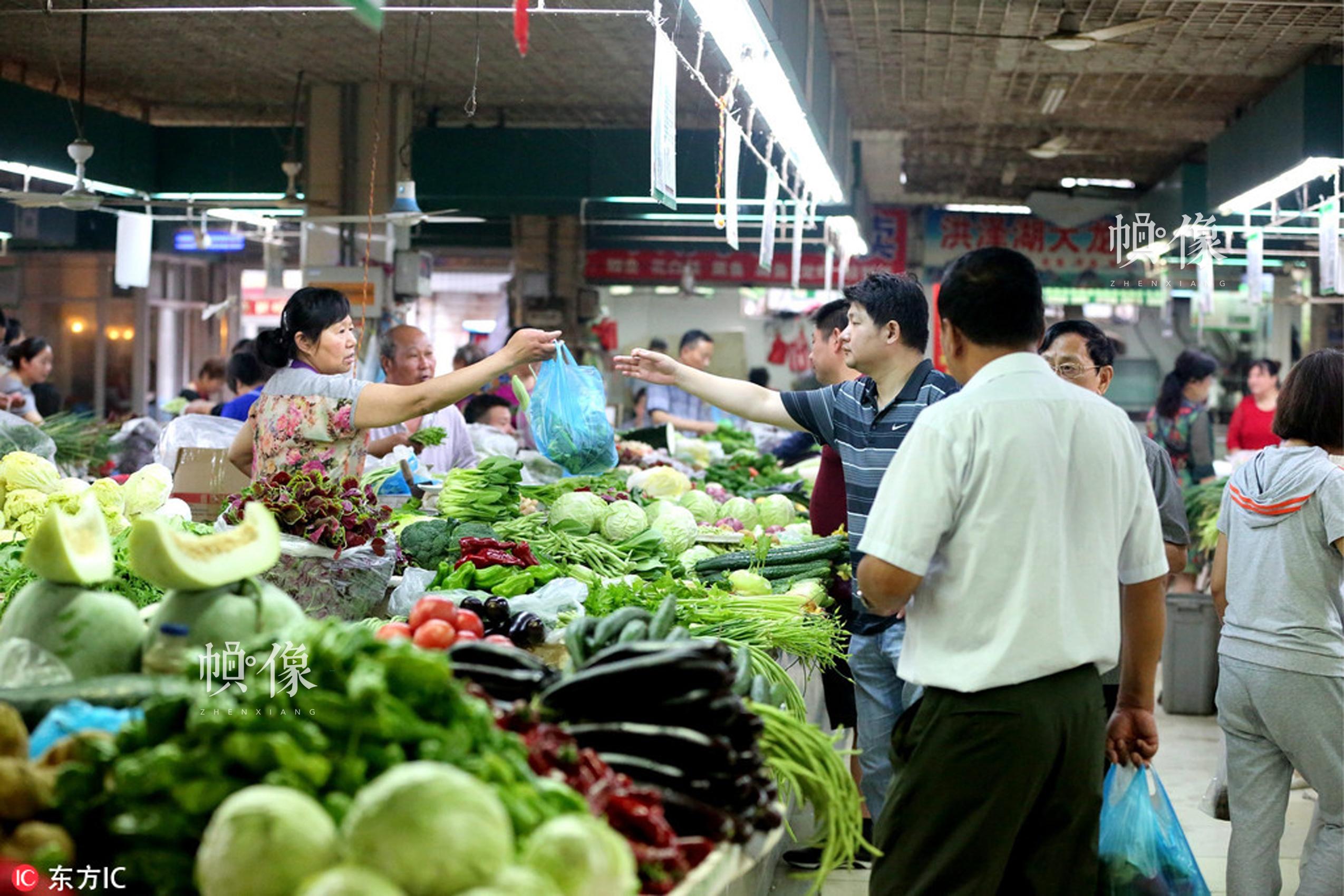 2017年6月10日,江苏淮安市区一繁忙的菜市场。张照久 东方IC