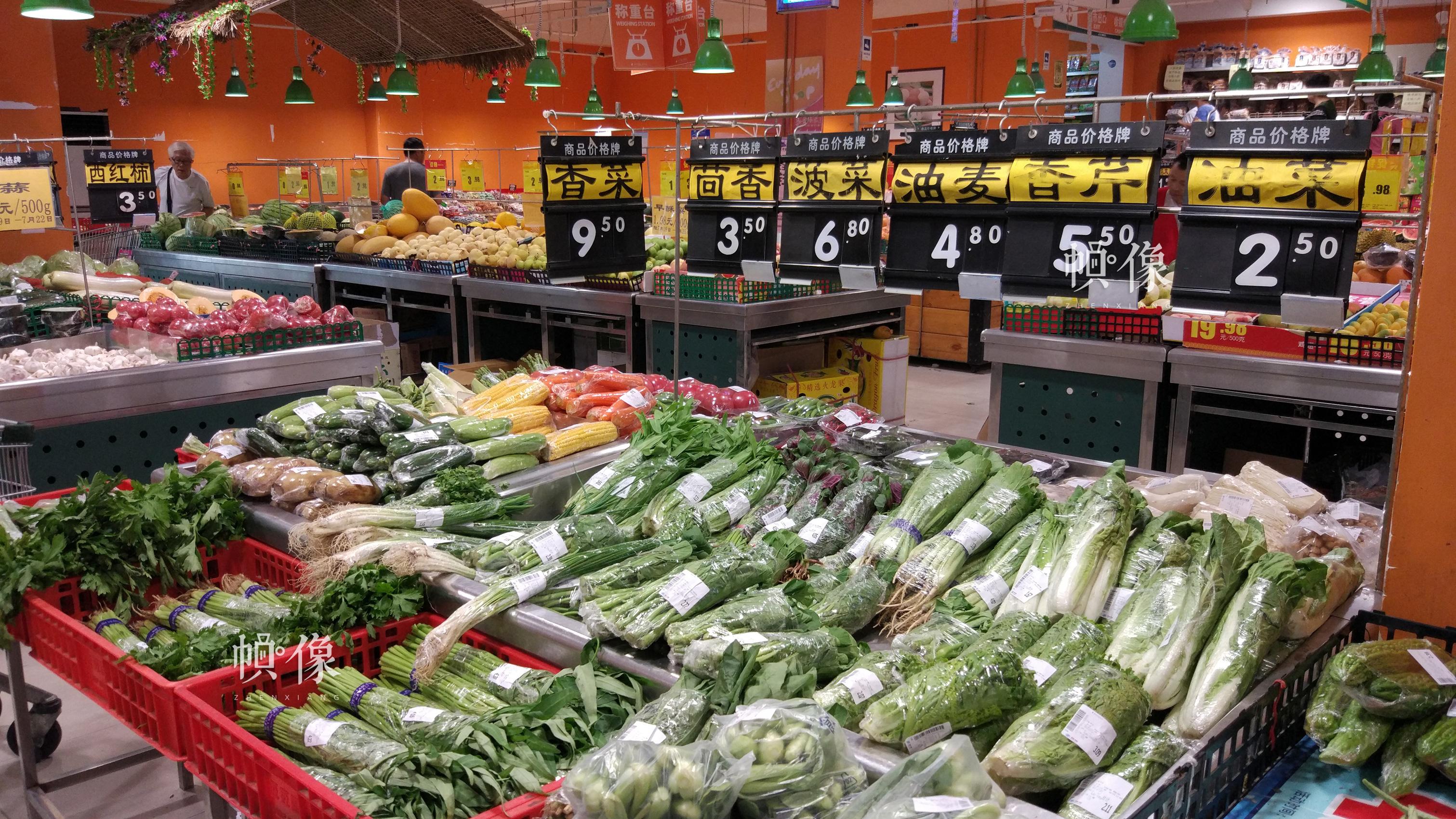 2017年7月19日,北京某超市售菜专柜。中国网记者 赵超 摄