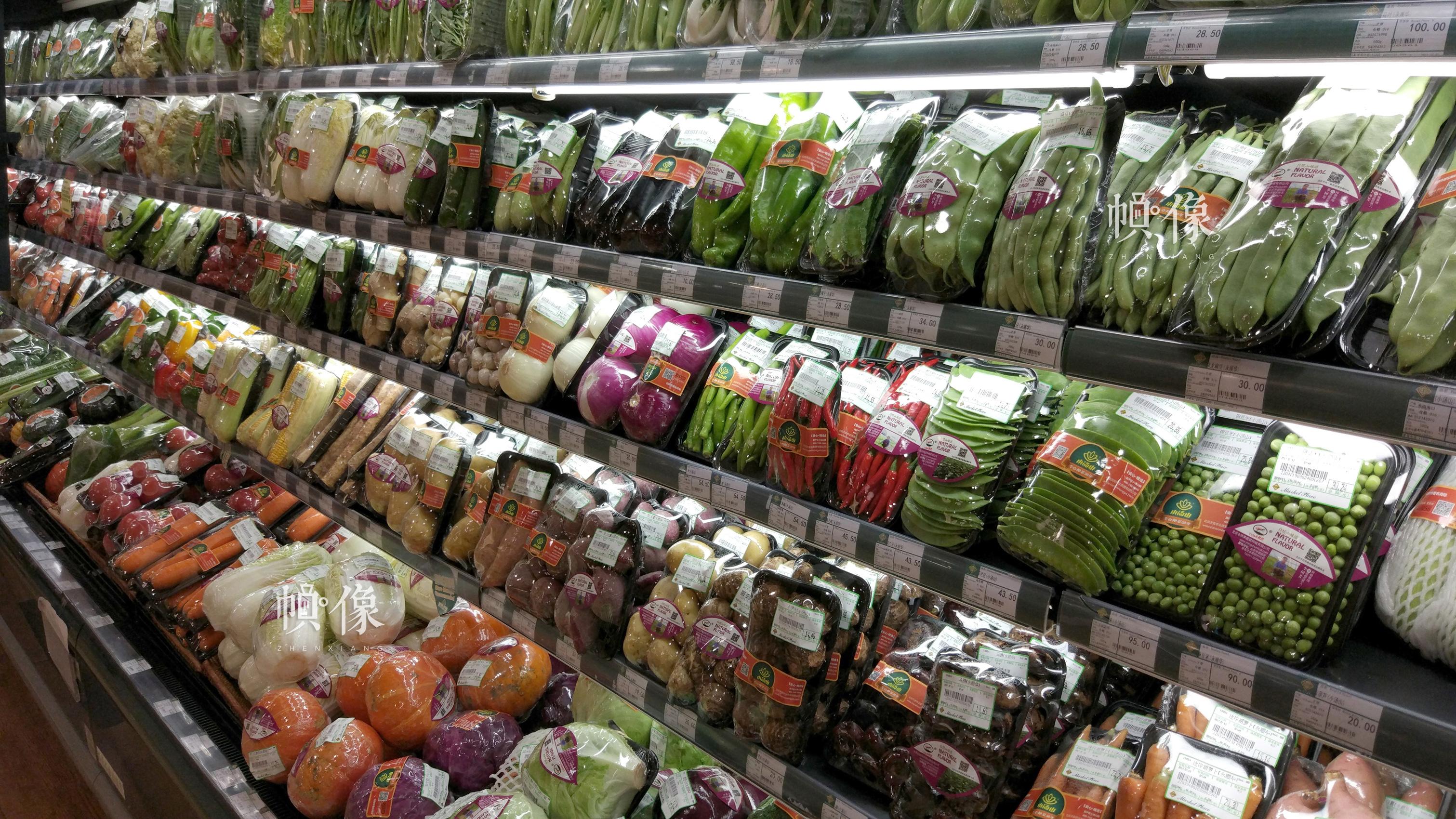 2017年7月6日,北京某精品超市品牌蔬菜专柜。中国网记者 赵超 摄