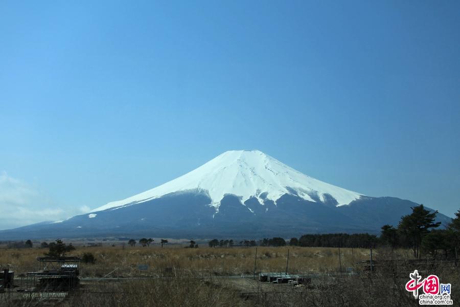富士山如一把悬空倒挂的扇子