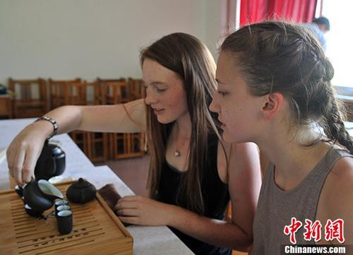"""美国高中生学茶艺体验中国""""茶""""文化"""