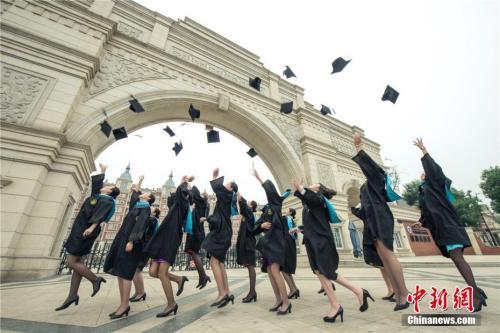 """资料图:毕业生们在校门高呼""""我们毕业了""""。莫小布 摄"""