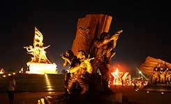 建军雕塑广场 灯光效果惊艳(图)