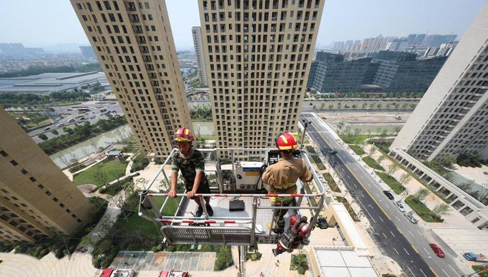 浙江消防模拟高层扑救训练 负重70斤爬20楼
