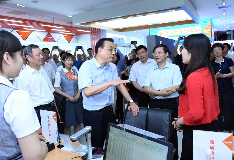 7月31日,李克强到中国电信、中国移动、中国联通公司考察并主持召开座谈会。