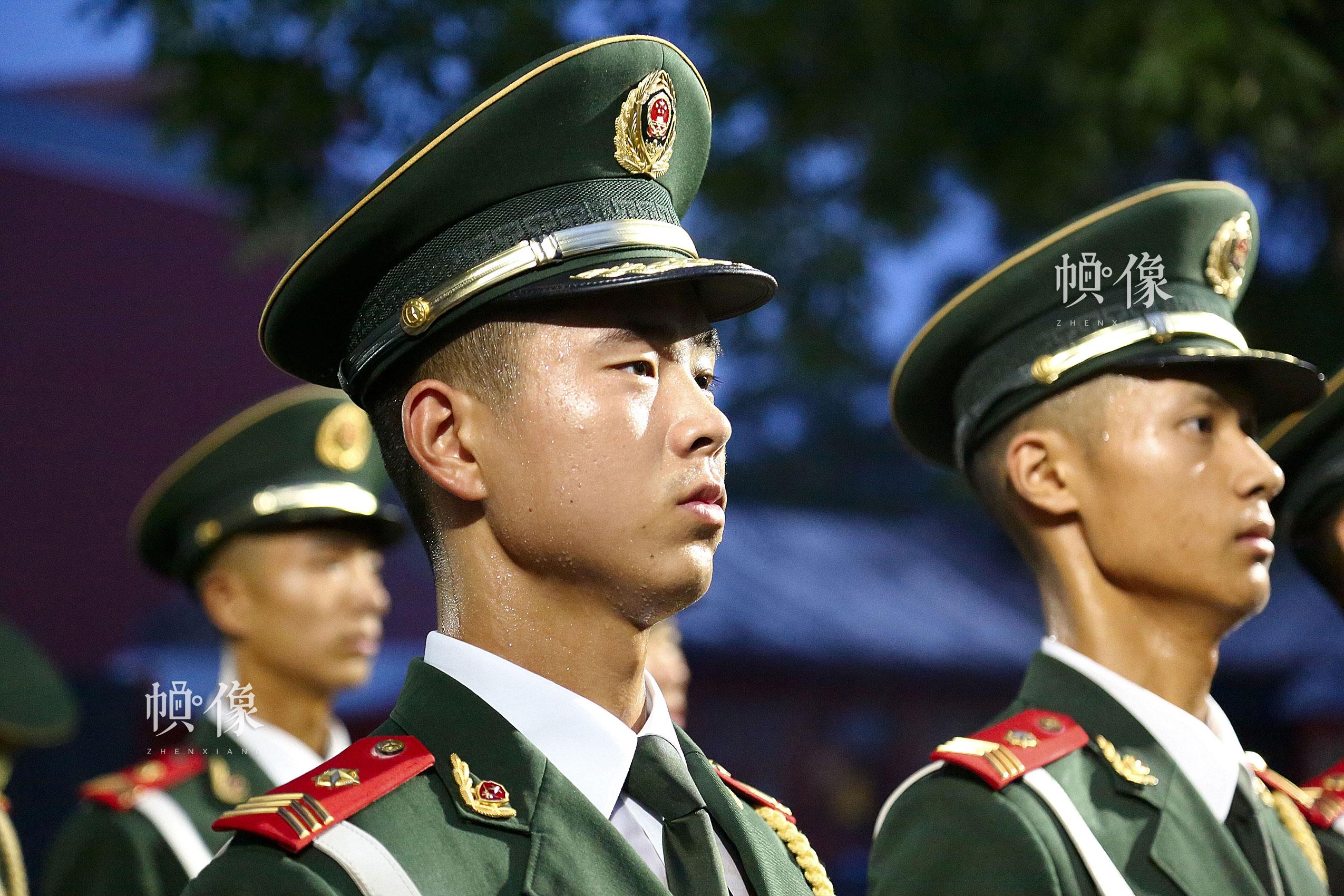 2017年7月28日,北京,武警天安门警卫支队国旗护卫队队员升旗前热身训练汗流浃背。中国网记者 黄富友 摄