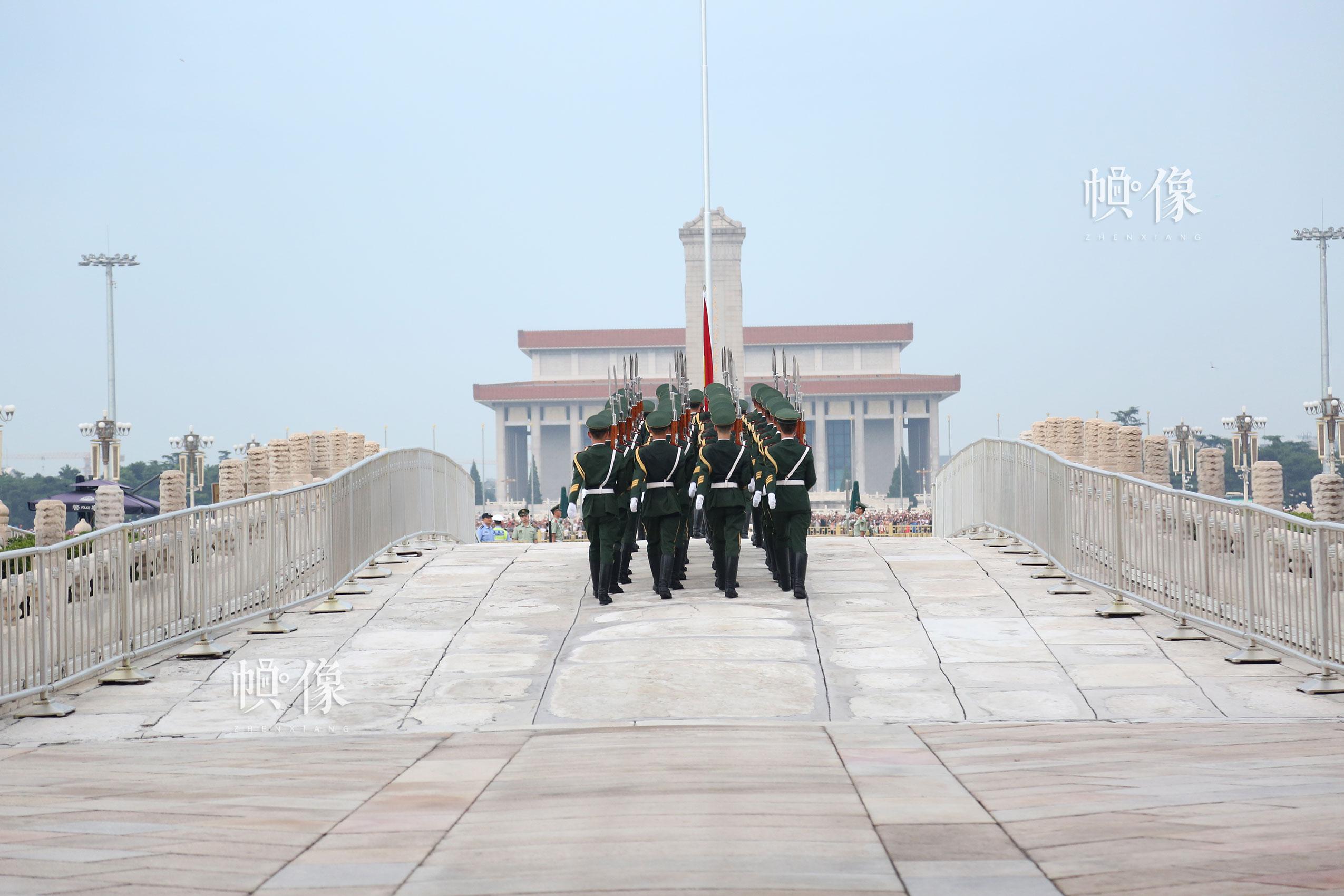 2017年7月28日,北京,国旗护卫队走上金水桥,执行升旗任务。中国网记者 黄富友 摄