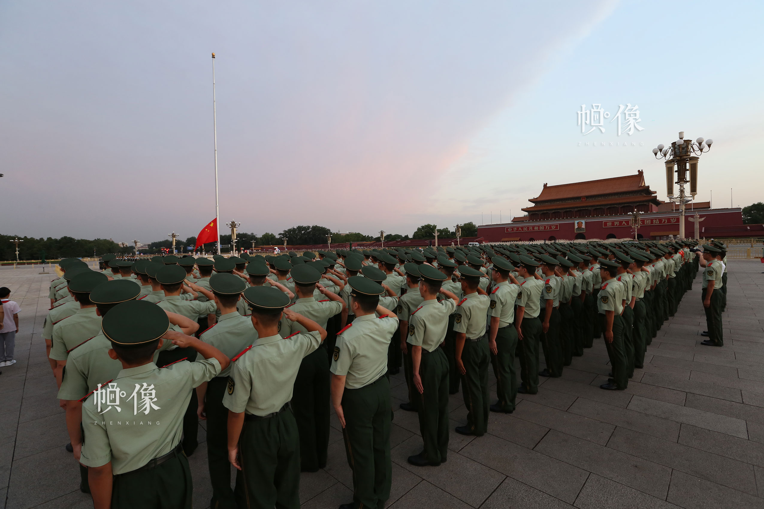 2016年8月30日武警天安门支队举行复退老兵向国旗敬礼仪式。李超供图