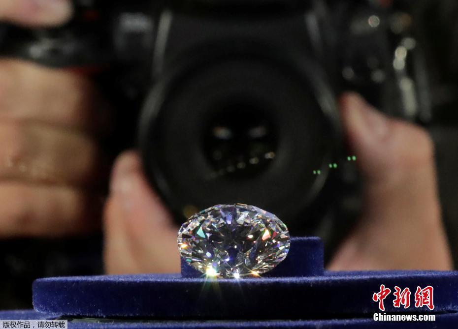 """当地时间2017年8月1日,俄罗斯莫斯科,钻石生产商Alrosa公司展示从179克拉原石切割打磨出的钻石,51.38克拉的""""王朝""""钻石。"""