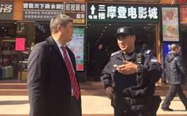 罗亚蒙教授在广州车陂调研,听巡逻的综合执法分队长介绍情况