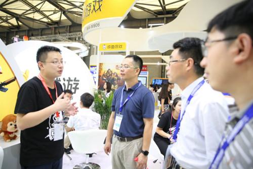 图为潘广乐先生在为杭州滨江区相关领导做同城游业务介绍 (1)