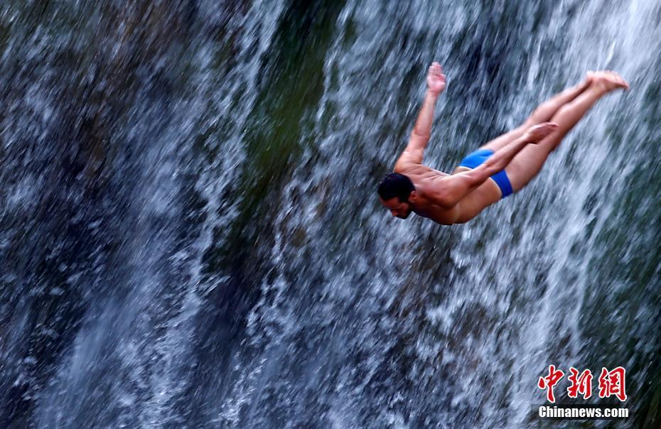 波黑小鎮舉行瀑布跳水賽 選手挑戰21米瀑布