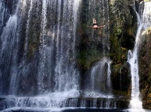 波黑小镇举行瀑布跳水赛 选手挑战21米瀑布