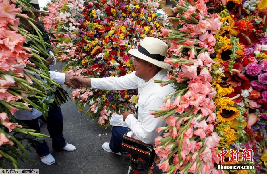 當地時間2017年8月7日,哥倫比亞麥德林,花農參加一年一度的鮮花遊行。