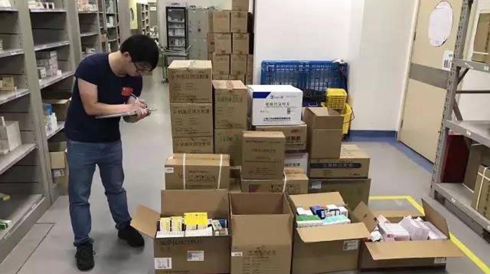 上海50人应急医疗队连夜驰援九寨沟灾区