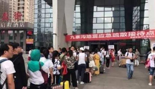四川九寨沟灾区转移六万人 将同步安置原住民