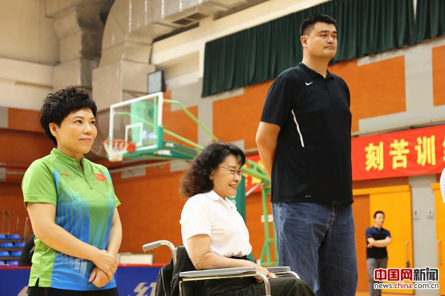 2017年8月10日,第七届残疾人健身周推广日活动在京举行。图为中国残联主席、中国残奥会主席张海迪(左二)、中国篮球协会主席姚明(右一)、邓亚萍(左一)出席活动。