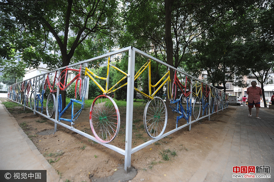 北京一街道废旧自行车焊成艺术护栏