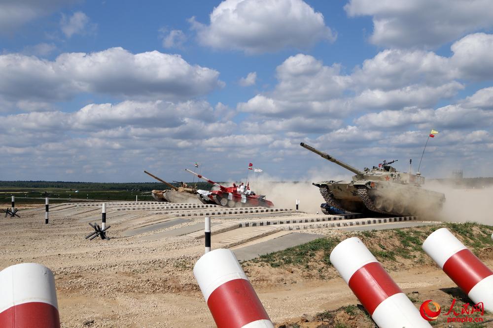 中国366坦克率先通过车辙桥 朱亚摄