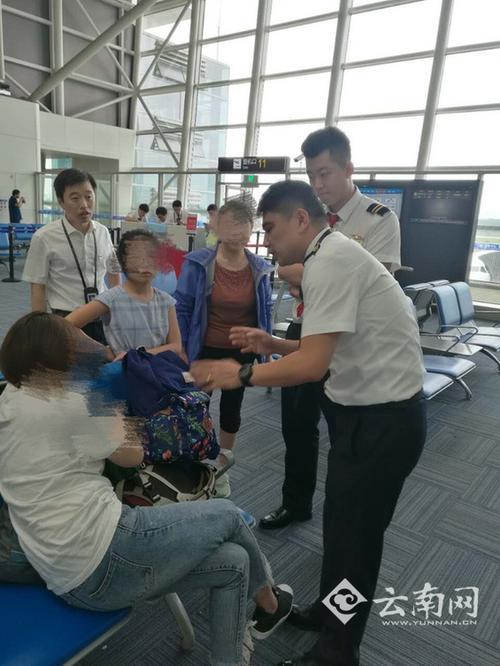 航班延误过久7名旅客拒登机机长鞠躬流泪苦劝